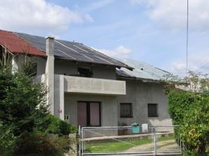 V neurju poškodovana streha, zasilno zaščitena